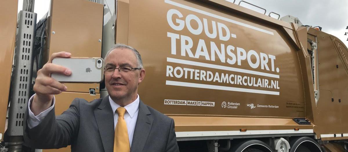 Burgemeester Aboutaleb maakt een selfie met de gouden vuilniswagen voor de start van de campagne circulair Foto: gemeente Rotterdam