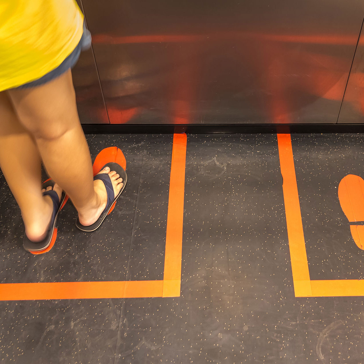 signcraft-rotterdam-vloersticker-corona-houdafstand-signing-vloer-sticker-sign-print-coronaproof-lift