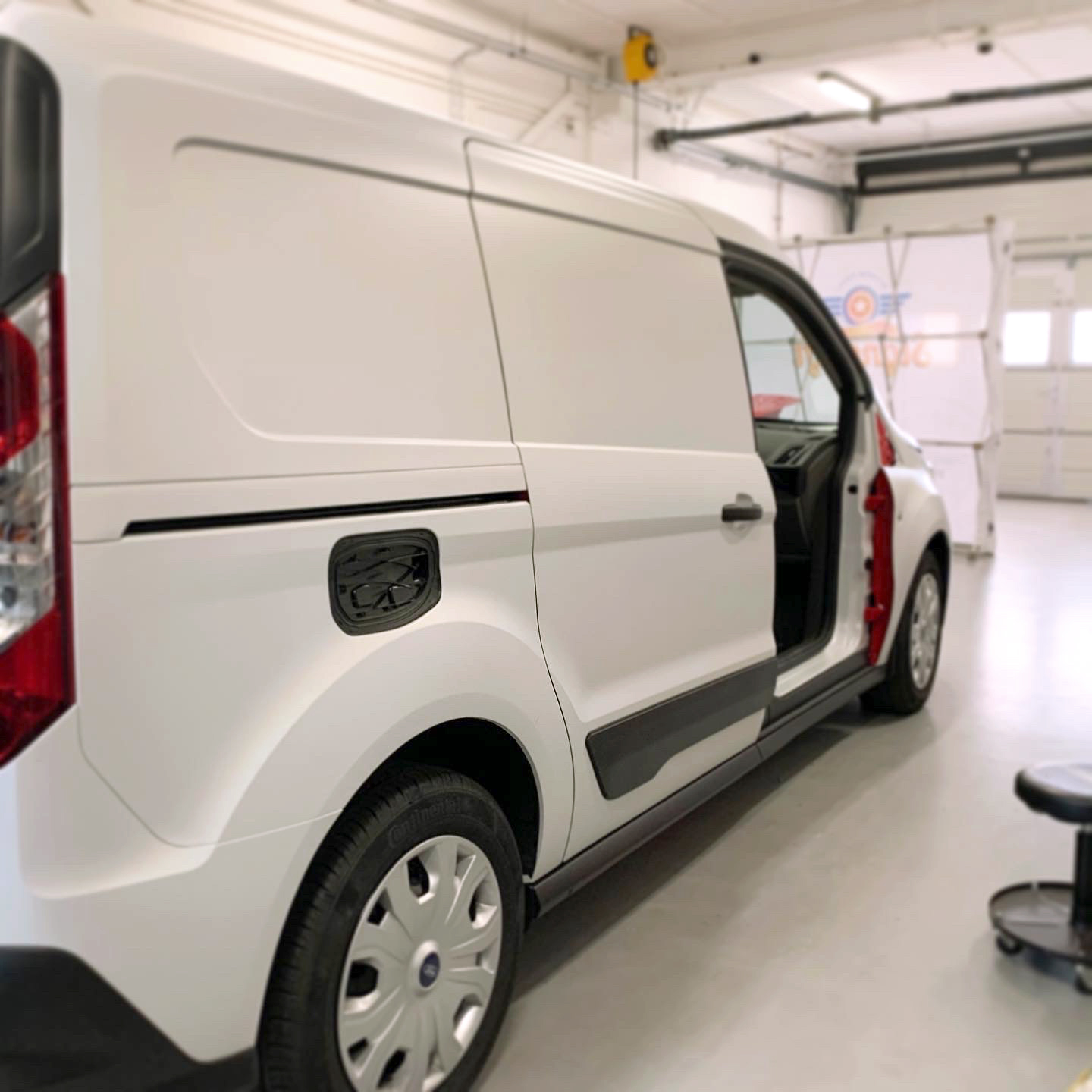 signcraft-rotterdam-ford-transit-connect-wrap-satin-flip-stickerbedrijf-sign-print-laser